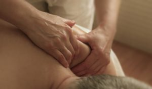 Fisioterapeuta practicando un masaje - masoterapia y tipos de masajes - PHYSIO Clínica d'Osteopatia i Fisioteràpia